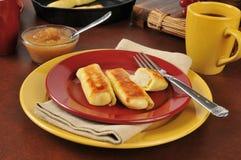 Πατάτα blintzes με τη σάλτσα μήλων Στοκ φωτογραφία με δικαίωμα ελεύθερης χρήσης