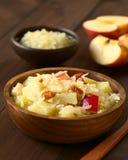 Πατάτα, Sauerkraut και σαλάτα της Apple με το τηγανισμένο μπέϊκον Στοκ εικόνα με δικαίωμα ελεύθερης χρήσης