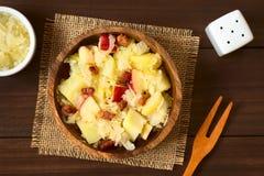 Πατάτα, Sauerkraut και σαλάτα της Apple με το μπέϊκον Στοκ φωτογραφία με δικαίωμα ελεύθερης χρήσης