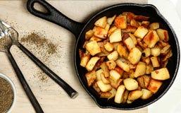 Πατάτες αγροκτημάτων στο χυτοσίδηρο Skillet Στοκ φωτογραφία με δικαίωμα ελεύθερης χρήσης