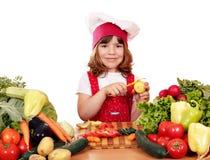 Πατάτες αποφλοίωσης μαγείρων μικρών κοριτσιών Στοκ Εικόνα