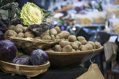 Πατάτες και λάχανο στα καλάθια στην αγορά δήμων στο Λονδίνο Στοκ εικόνες με δικαίωμα ελεύθερης χρήσης