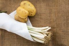 Πατάτες και πράσα με την άσπρη πετσέτα στοκ εικόνες