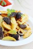 Πατάτες με τα μανιτάρια και τα κρεμμύδια Στοκ Εικόνες