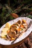 Πατάτες με τα μενταγιόν χοιρινού κρέατος και chanterelle τη σάλτσα Στοκ φωτογραφία με δικαίωμα ελεύθερης χρήσης