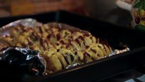 Πατάτες με το λουκάνικο Εγχώριο μαγείρεμα απόθεμα βίντεο