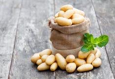 Πατάτες μωρών burlap στο σάκο στο ξύλινο υπόβαθρο Στοκ φωτογραφία με δικαίωμα ελεύθερης χρήσης