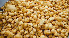 Πατάτες που περιέρχονται σε ένα εμπορευματοκιβώτιο, που αποθηκεύεται στους σωρούς σε ένα εργοστάσιο τροφίμων απόθεμα βίντεο