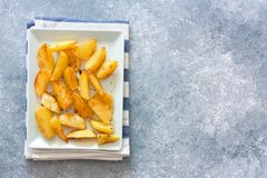 Πατάτες που ψήνονται με τα πιπέρια και τα χορτάρια Στοκ εικόνα με δικαίωμα ελεύθερης χρήσης