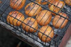 Πατάτες που ψήνονται στη σχάρα, σχάρα Στοκ Εικόνες