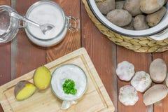 Πατάτες σακακιών, εμβύθιση σκόρδου και άλας Στοκ Φωτογραφίες