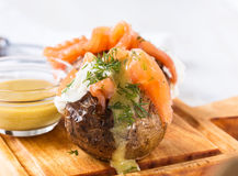 Πατάτες σακακιών με το μαλακό τυρί και τον καπνισμένο σολομό Στοκ Φωτογραφία