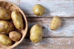 Πατάτες σε ένα καλάθι στοκ εικόνα