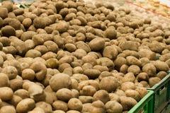 Πατάτες στην αγορά Ακατέργαστη υπερυψωμένη προοπτική υποβάθρων λαχανικών Υγιή οργανικά τρόφιμα πατατών Εκλεκτική εστίαση Supermar στοκ εικόνα με δικαίωμα ελεύθερης χρήσης