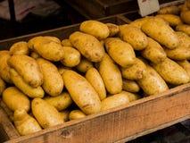 Πατάτες στον ξύλινο στην αγορά Στοκ φωτογραφίες με δικαίωμα ελεύθερης χρήσης