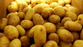 Πατάτες στο κιβώτιο στο ράφι υπεραγορών Στοκ εικόνες με δικαίωμα ελεύθερης χρήσης