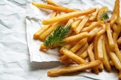Πατάτες τηγανιτών πατατών με τα κλαδάκια άνηθου σε ένα άσπρο φύλλο του εγγράφου Στοκ φωτογραφία με δικαίωμα ελεύθερης χρήσης