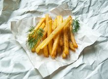 Πατάτες τηγανιτών πατατών με τα κλαδάκια άνηθου σε ένα άσπρο φύλλο Στοκ φωτογραφία με δικαίωμα ελεύθερης χρήσης