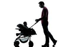 Πατέρας ατόμων με τη σκιαγραφία μεταφορών μωρών Στοκ φωτογραφία με δικαίωμα ελεύθερης χρήσης