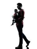 Πατέρας ατόμων που περπατά με τη σκιαγραφία μωρών Στοκ εικόνα με δικαίωμα ελεύθερης χρήσης