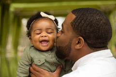 Πατέρας αφροαμερικάνων που κρατά την κόρη του Στοκ φωτογραφίες με δικαίωμα ελεύθερης χρήσης