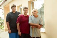 Πατέρας, γιος και εγγονός στη βεράντα στοκ εικόνα