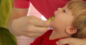 Πατέρας δόντια του γιου βουρτσίσματός του απόθεμα βίντεο