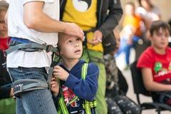 Πατέρας και λίγος γιος στην αναρρίχηση των λουριών Στοκ εικόνες με δικαίωμα ελεύθερης χρήσης
