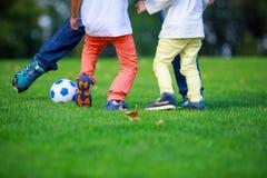 Πατέρας και γιοι που παίζουν το ποδόσφαιρο στο πάρκο Στοκ φωτογραφία με δικαίωμα ελεύθερης χρήσης