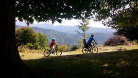 Πατέρας και γιοι στα ποδήλατα, ίχνος βουνών φιλμ μικρού μήκους