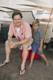 Πατέρας και γιος από το rv Στοκ φωτογραφίες με δικαίωμα ελεύθερης χρήσης