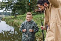 Πατέρας και γιος με λίγο ψάρι Στοκ Φωτογραφία