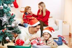 Πατέρας και γιος με τα δώρα στη Παραμονή Χριστουγέννων στοκ φωτογραφία