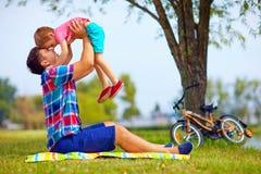 Πατέρας και γιος που έχουν τη διασκέδαση στο πάρκο πόλεων Στοκ Εικόνες