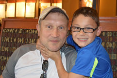 Πατέρας και γιος που αστειεύονται γύρω στοκ εικόνες με δικαίωμα ελεύθερης χρήσης