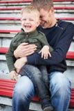 Πατέρας και γιος που γελούν στο κενό στάδιο Στοκ φωτογραφίες με δικαίωμα ελεύθερης χρήσης