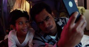 Πατέρας και γιος που παίρνουν ένα selfie απόθεμα βίντεο