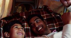 Πατέρας και γιος που χρησιμοποιούν την ψηφιακή ταμπλέτα φιλμ μικρού μήκους