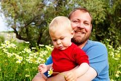 Πατέρας και γιος στα λουλούδια στοκ εικόνες με δικαίωμα ελεύθερης χρήσης