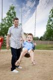 Πατέρας και γιος στην παιδική χαρά στοκ φωτογραφία με δικαίωμα ελεύθερης χρήσης