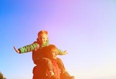Πατέρας και γιος στους ώμους στον ουρανό Στοκ εικόνα με δικαίωμα ελεύθερης χρήσης