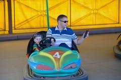 Πατέρας και γιος στο γύρο λούνα παρκ στο αυτοκίνητο Στοκ Εικόνες
