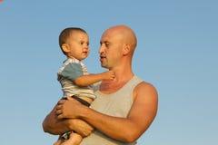 Πατέρας και γιος στο μπλε ουρανό Στοκ Εικόνες