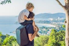 Πατέρας και γιος στο σημείο άποψης Karon στην ηλιόλουστη ημέρα Phuket στοκ φωτογραφία με δικαίωμα ελεύθερης χρήσης