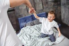 Πατέρας και γιος σχετικά με τις πυγμές στοκ εικόνα με δικαίωμα ελεύθερης χρήσης