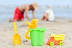 Πατέρας και γιος playng στην αμμώδη παραλία Στοκ Φωτογραφία