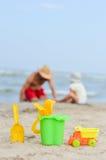 Πατέρας και γιος playng στην αμμώδη παραλία Στοκ φωτογραφία με δικαίωμα ελεύθερης χρήσης