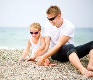 Πατέρας και η κόρη του στην παραλία στοκ εικόνες