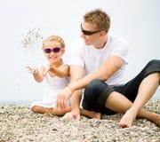 Πατέρας και η κόρη του στην παραλία στοκ φωτογραφία