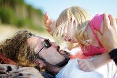 Πατέρας και η μικρή κόρη του που έχουν τη διασκέδαση από κοινού Στοκ Εικόνα